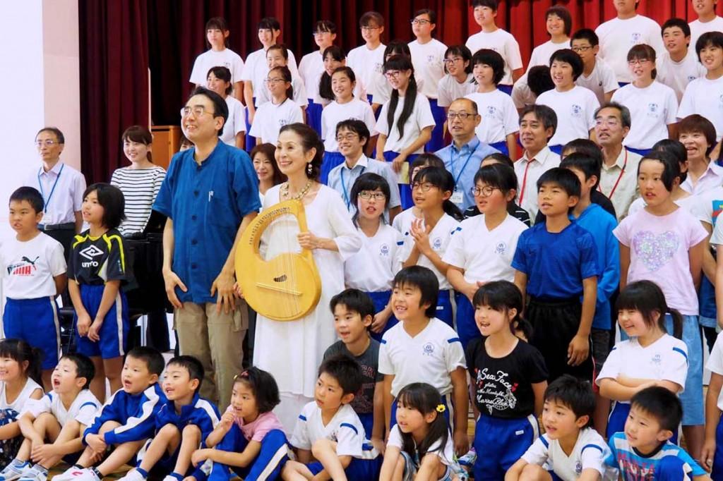 「東北希望コンサート」で歌を楽しんだ唐丹小・中の児童生徒ら