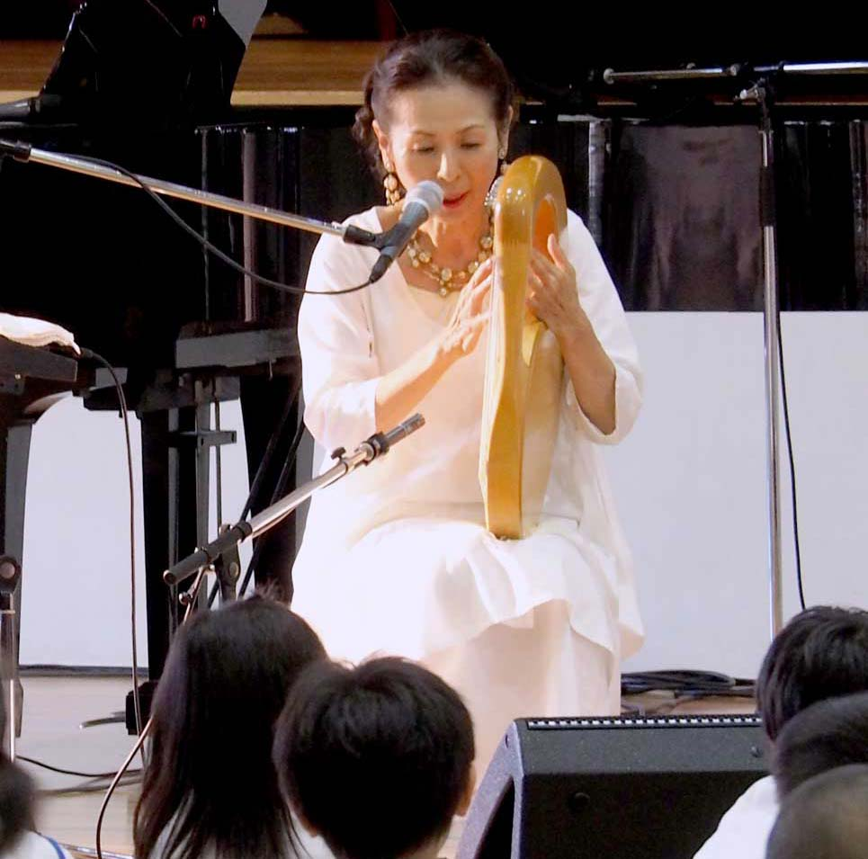 たて琴の弾き語りで歌声を届けた木村弓さん