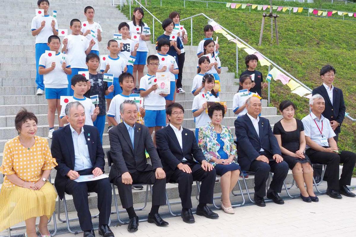 苗木と子どもの健やかな成長を重ね合わせた野田市長ら参加者