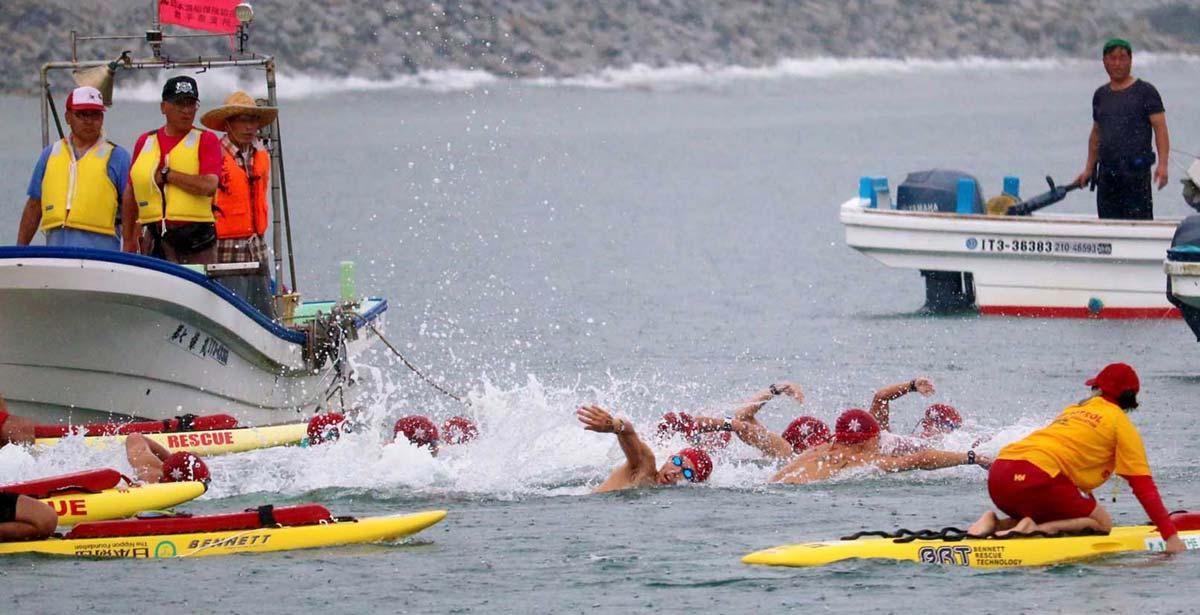 日本選手権トライアルの部(5キロ)のスタート=午前10時、根浜海岸