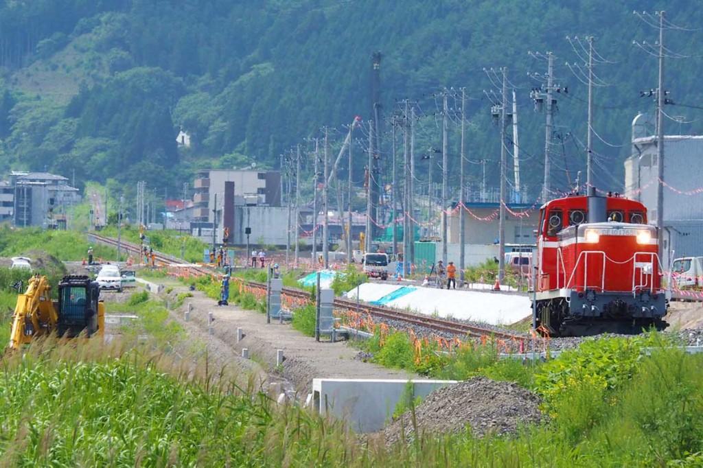 JR山田線の鵜住居−大槌間を試験走行するディーゼル機関車=釜石市片岸町