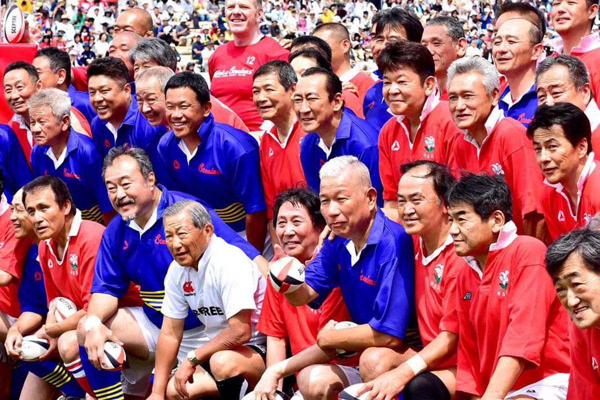 記念試合で友情の絆を確かめ合った釜石、神戸のOBら