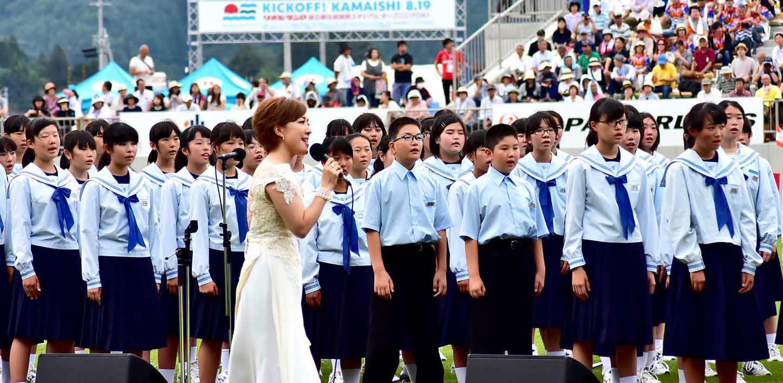 釜石東中生と合唱を披露する平原綾香さん