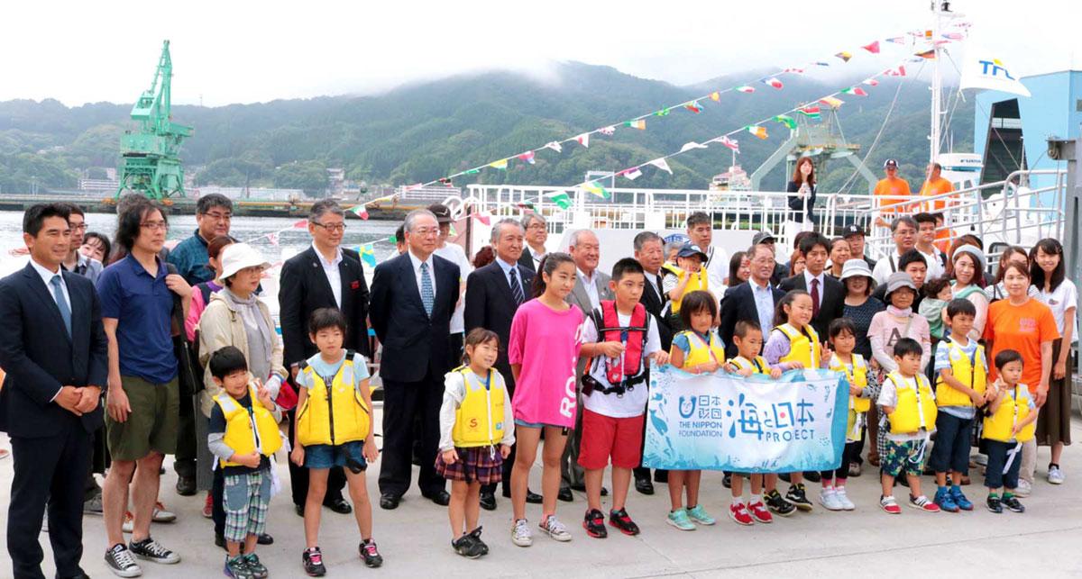 釜石湾クルーズの参加者。県内外から家族連れなどが参加し、夏の思い出を作った=11日