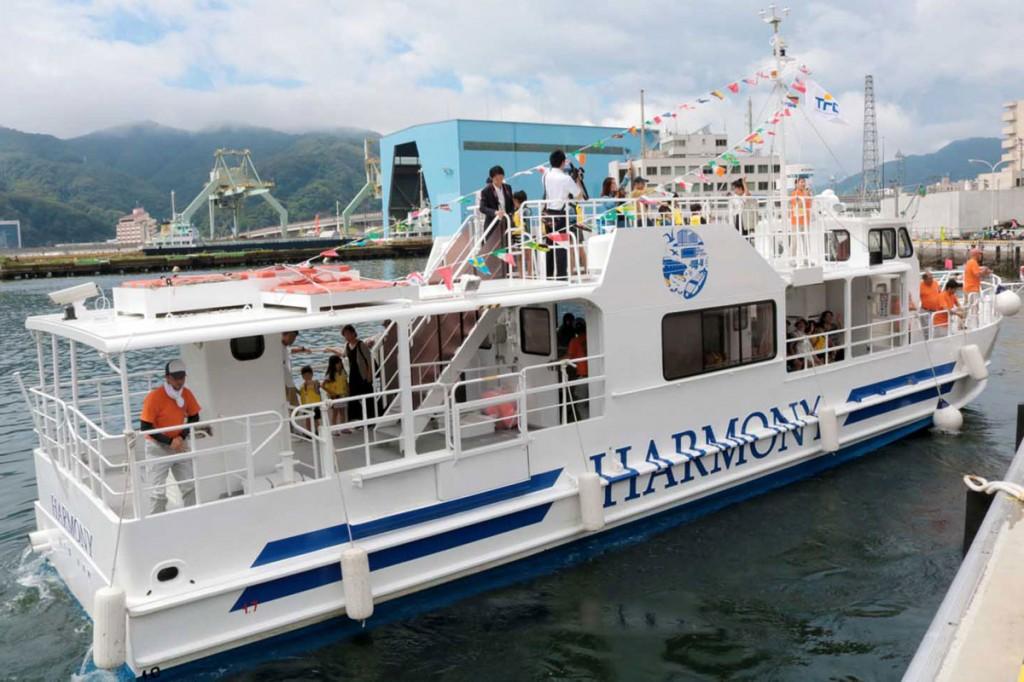 軽合金製高速水中観察船「ハーモニー」。航海速力は20ノット
