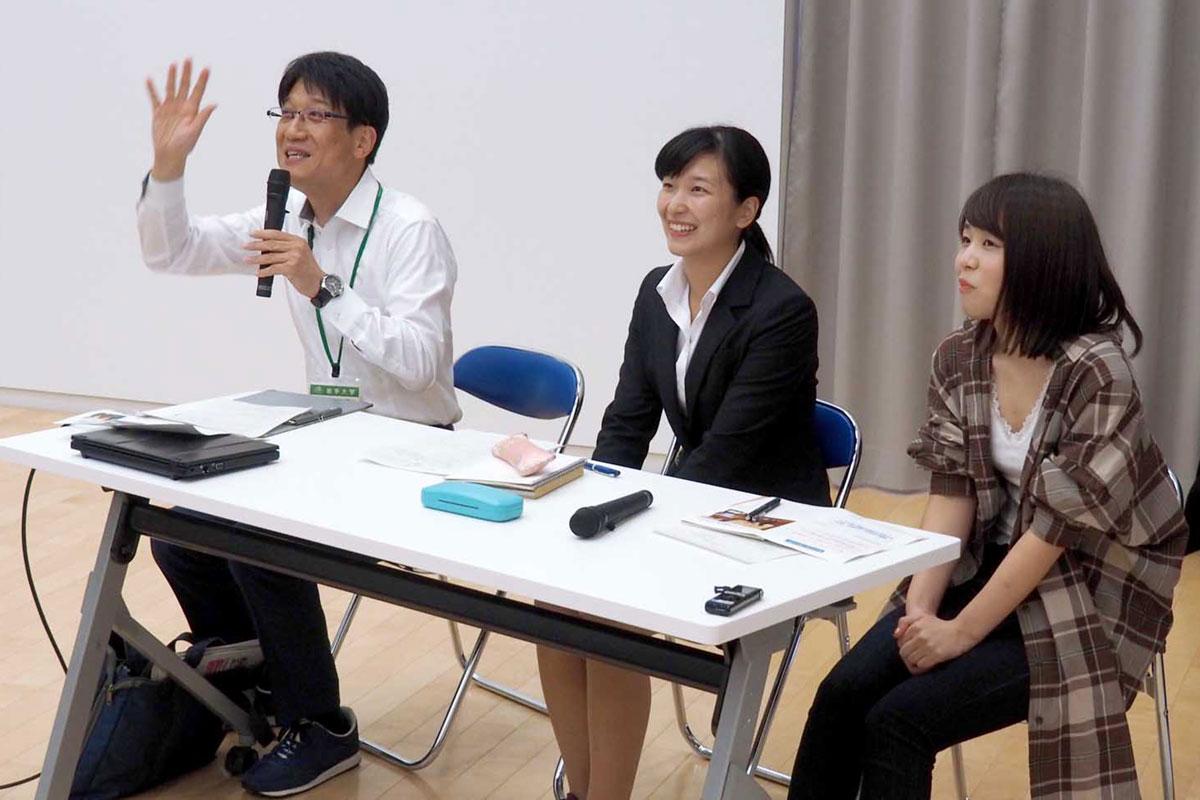 後輩に助言する(右から)渡辺さんと古舘さん、森本准教授
