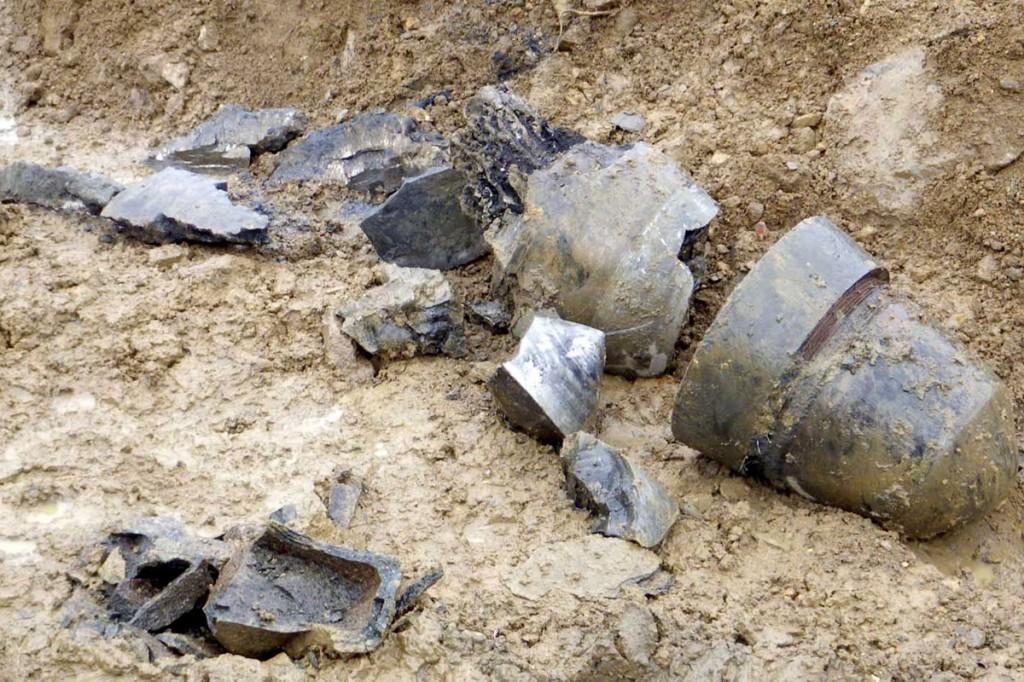 破壊処分後の不発弾。右が弾頭=釜石市提供爆