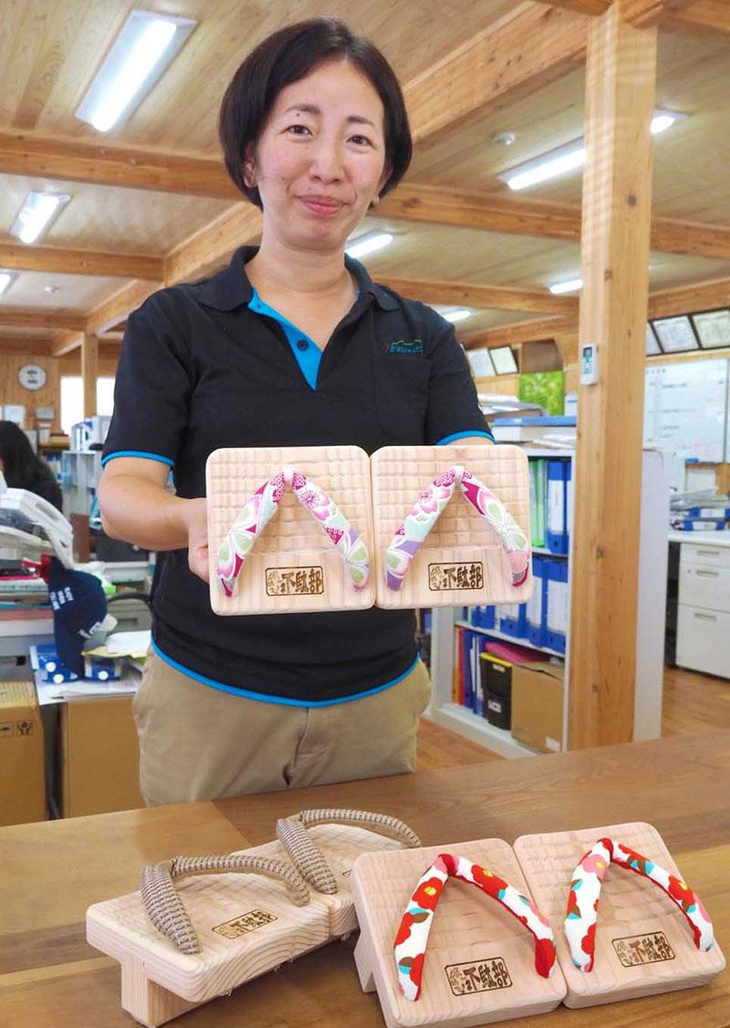 釜石地方森林組合で販売する「一本歯半分下駄」