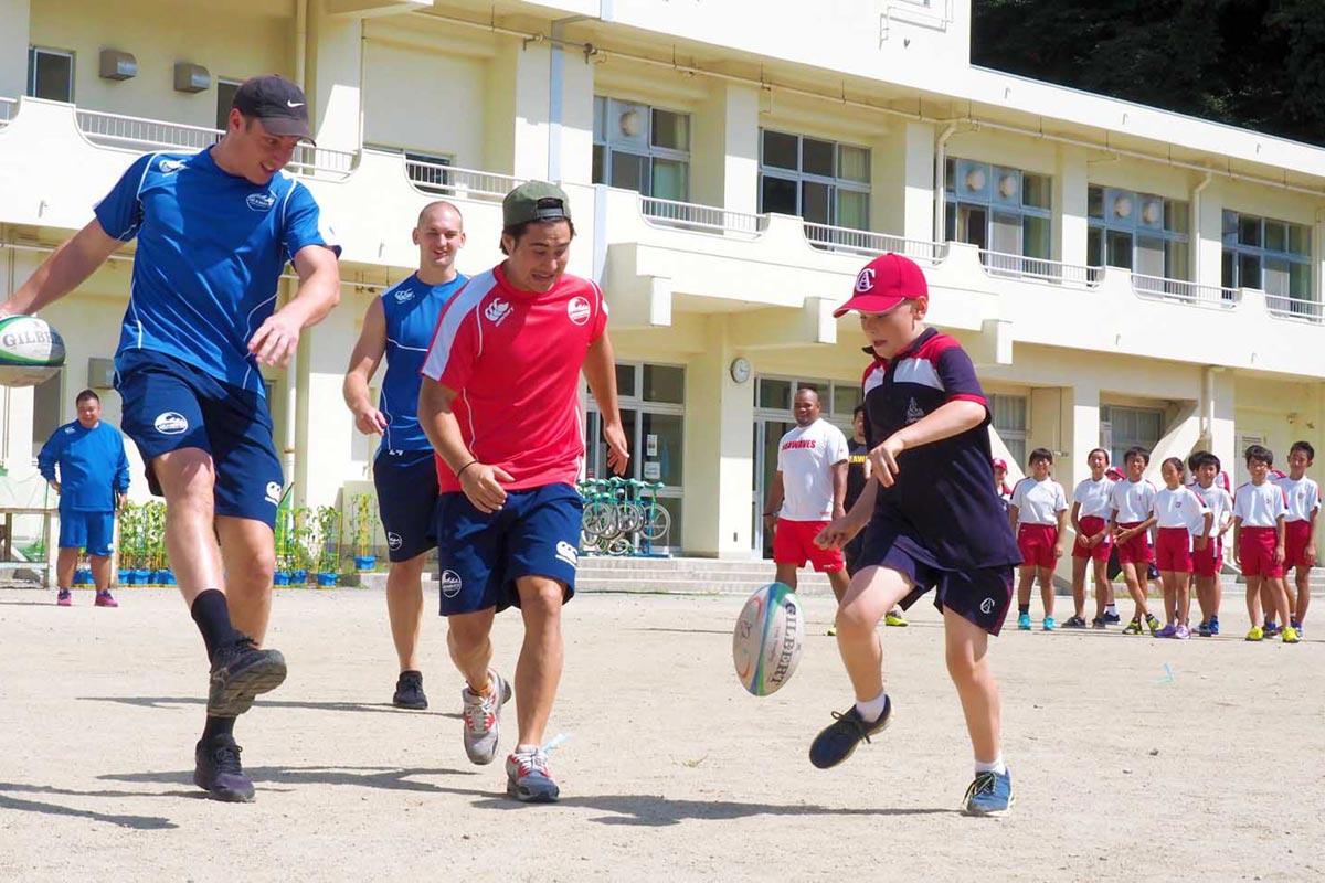 釜石SW選手との触れ合いを楽しむオーストラリアの小学生