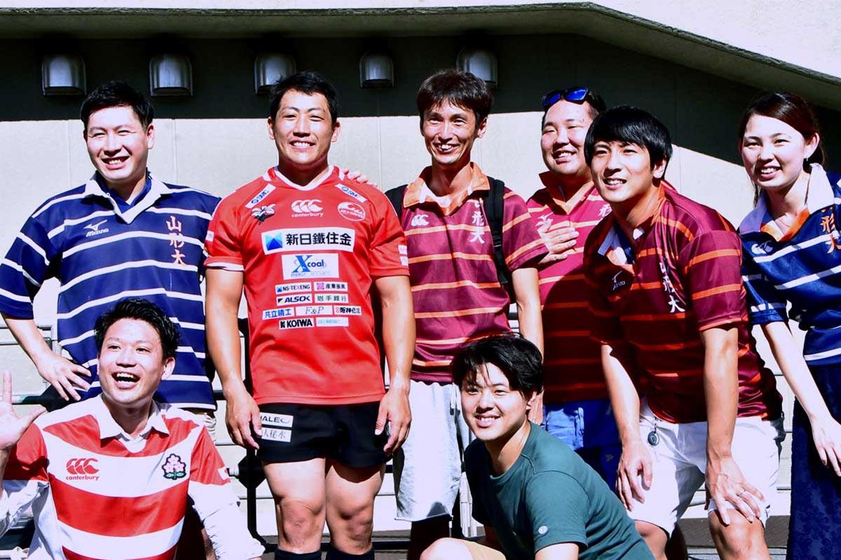 山形大ラグビー部の先輩や同級生、後輩と公式戦デビューを喜び合う佐々木拓磨選手(後列左から2人目)
