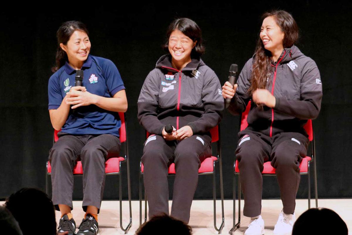 女子ラグビー日本代表の平野恵里子さん(左)らのトークは笑顔満開