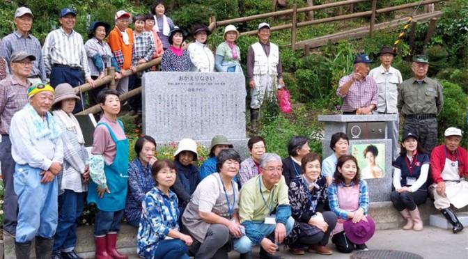 根浜で草取りや植栽に取り組んだ花巻市シニア大学の受講生ら