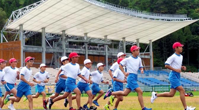 スタジアムを懸命に走る鵜住居小の児童たち