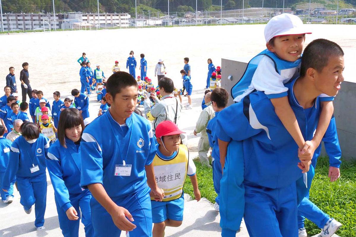 中学生の力強さに信頼を寄せる児童は安心の笑顔