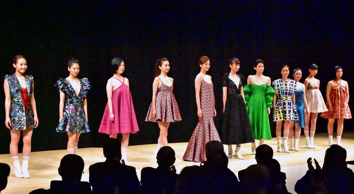 コステロさんの華やかな新作衣装を着て舞台に立った高校生ら市民モデル