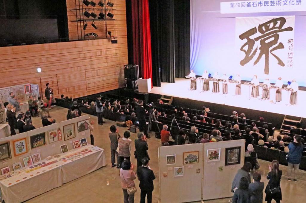 ホールAはステージ発表と作品展示の会場に。各団体が活動成果を公開した市民芸術文化祭