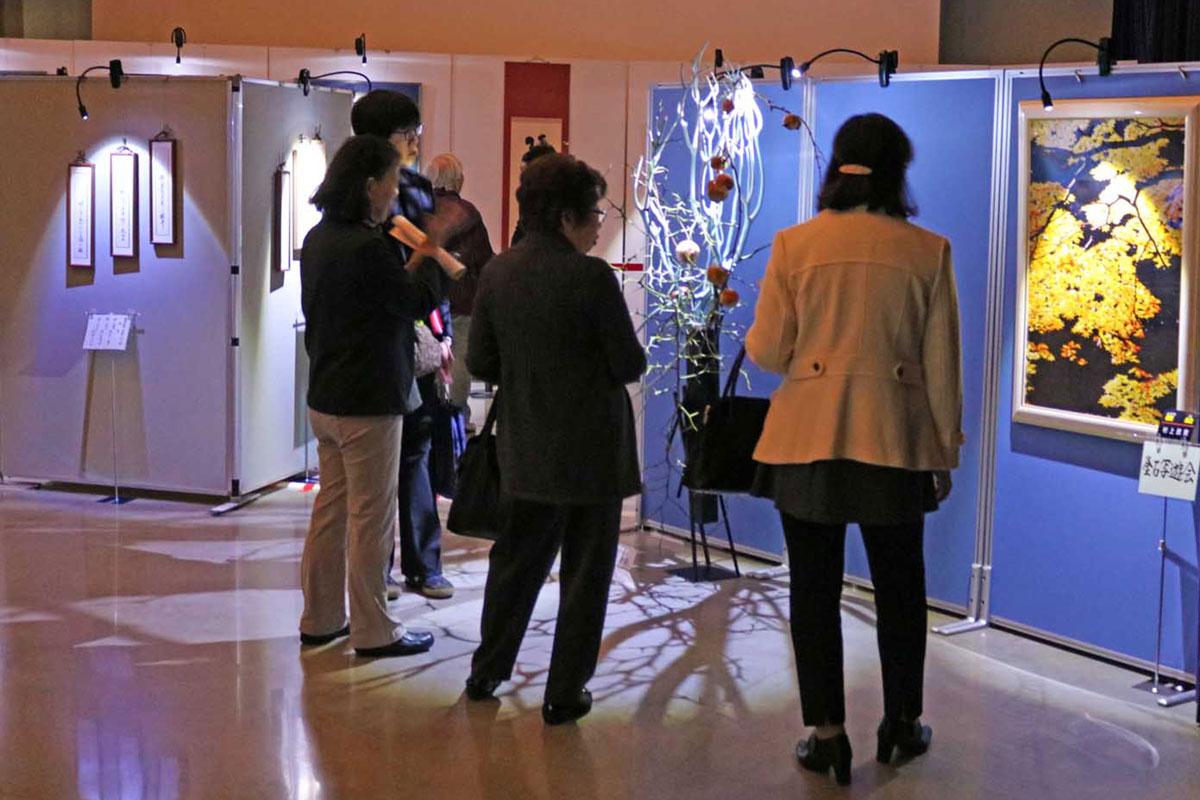 優れた作品が並んだホールBの特別企画展示。テーマは「光の美術館」