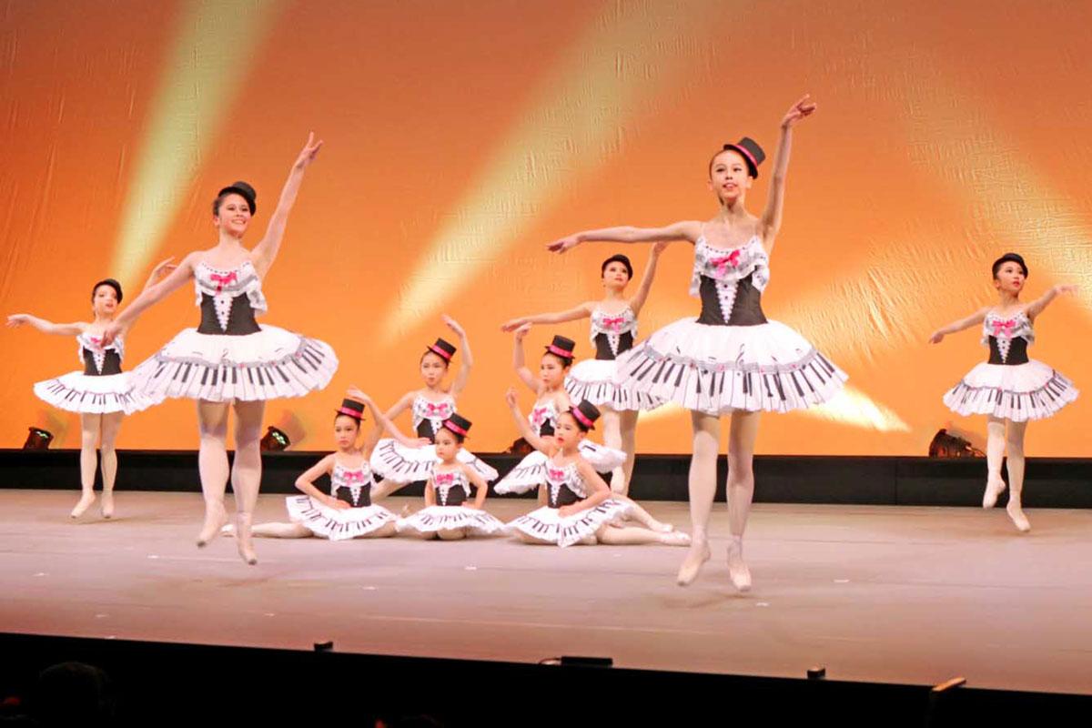 かわいらしい衣装で華麗な舞を披露した「小柳玲子バレエ教室」の子どもたち
