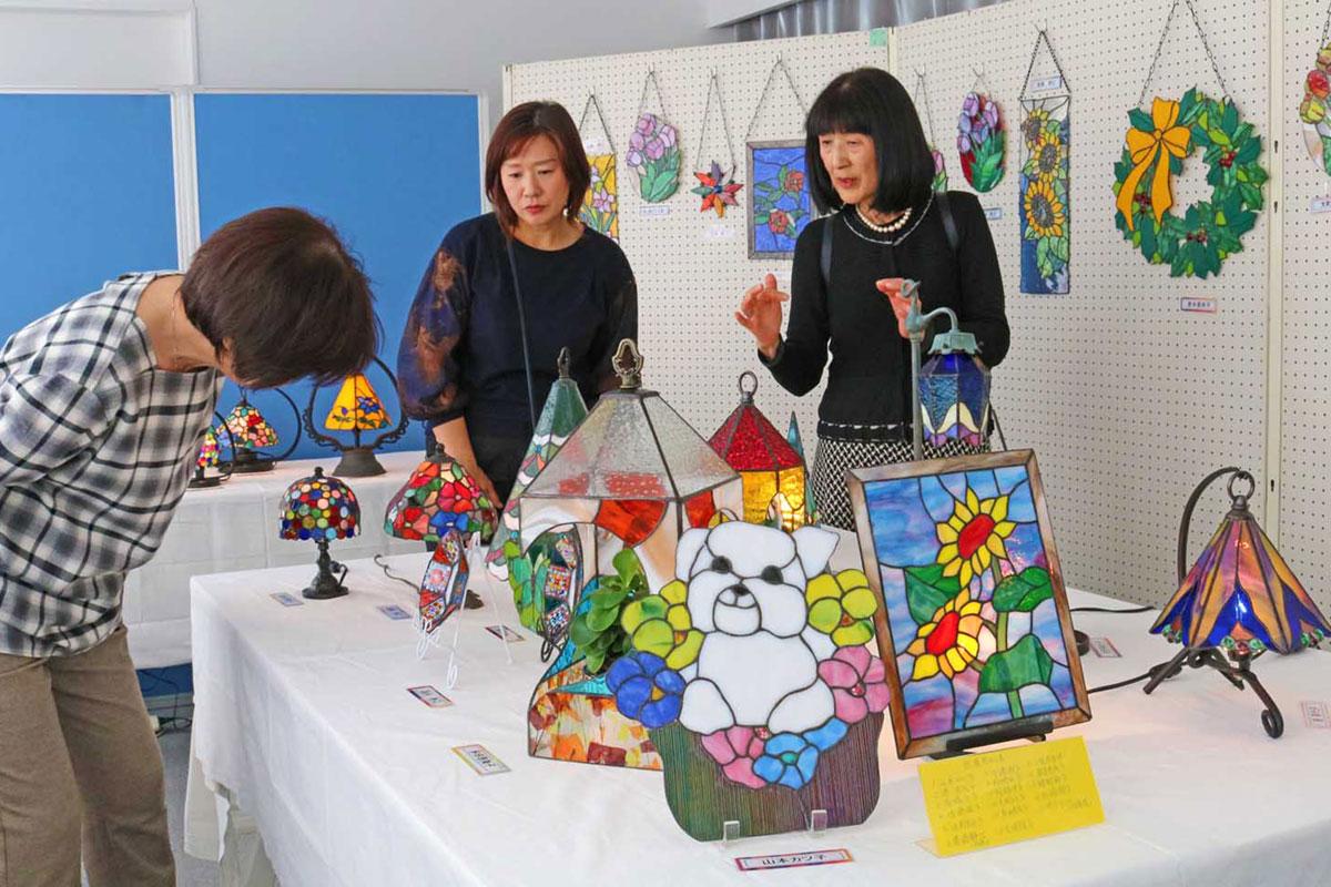 デザインや色づかいが目を引いたステンドグラスの展示