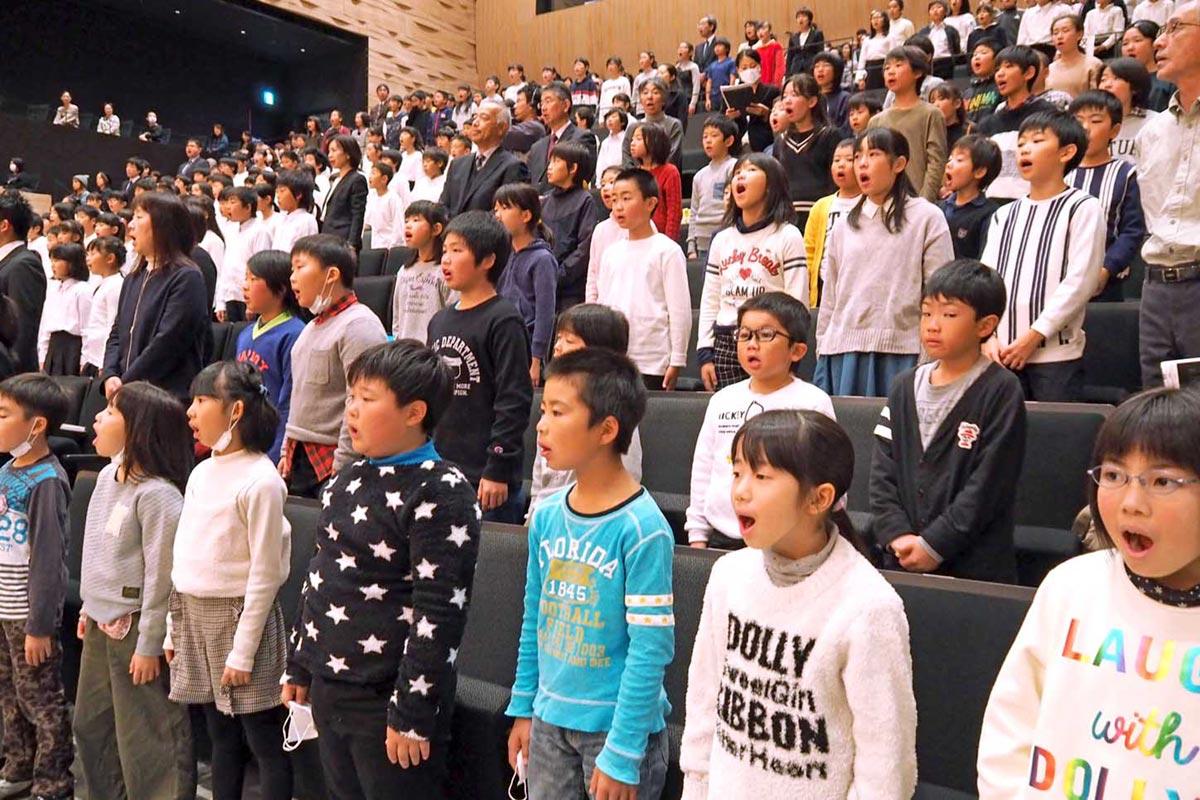 開会式の全体合唱で声出しする釜石・大槌地区の児童ら