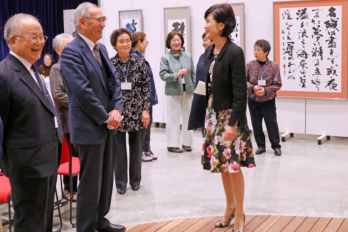 震災後の活動を来場者に伝える伊藤さんと会員ら