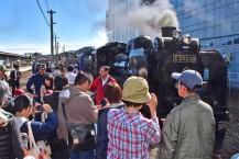 今季の最終運行を前に「SL銀河」の勇姿をカメラに収める乗客ら=JR釜石駅