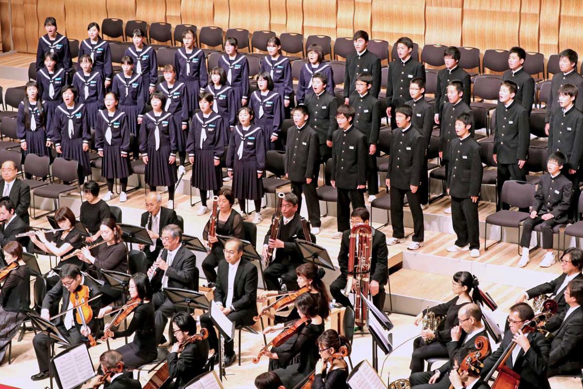 35人で元気な歌声を披露した唐丹中の全校生徒