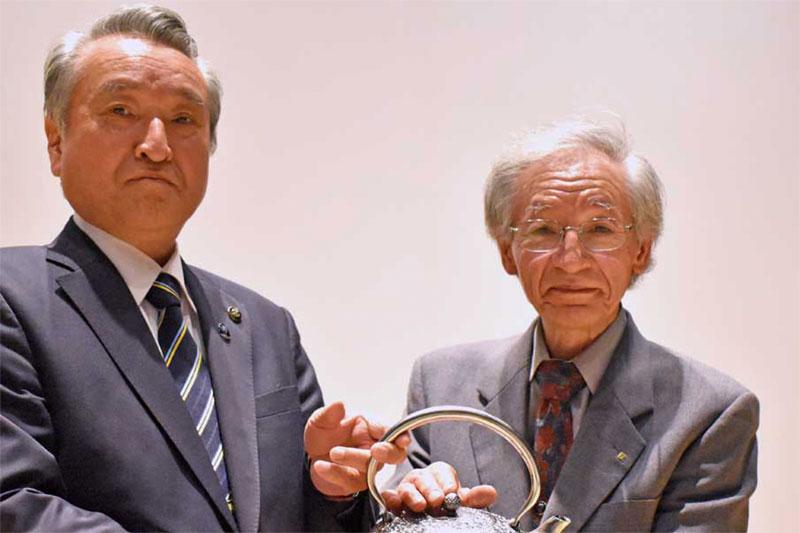 釜石の鉄鉱石から生まれた鉄瓶が田山さん(右)から野田市長へ
