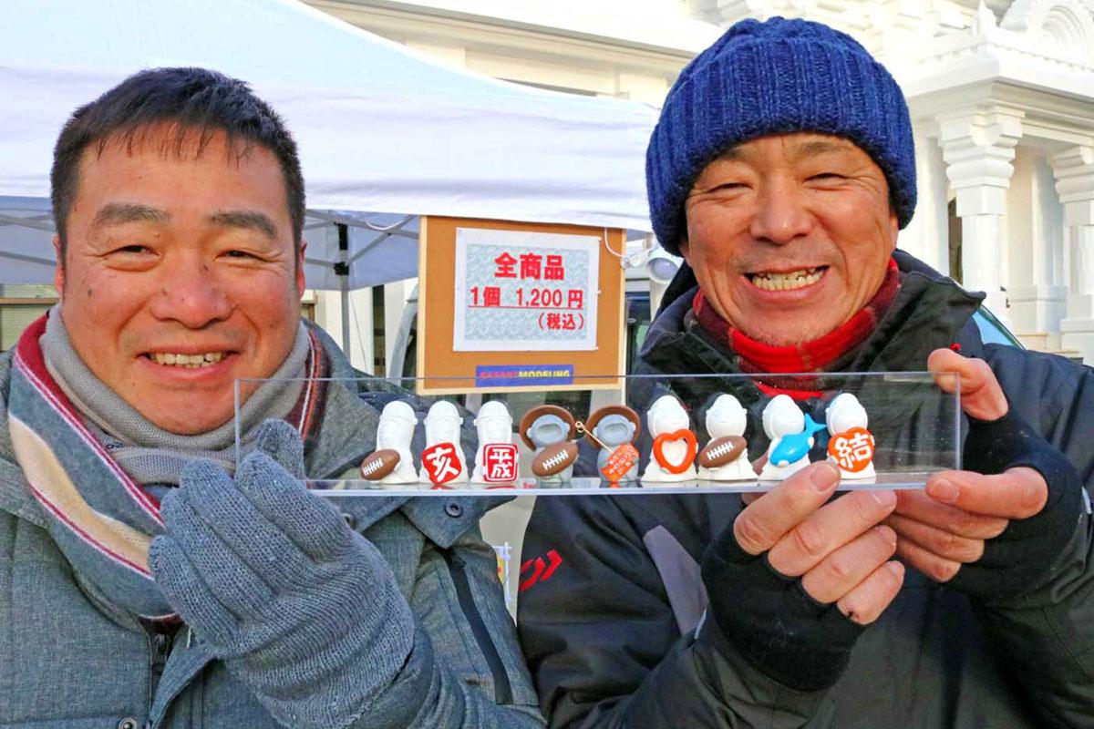 新商品をお披露目する佐々木社長(左)と山崎さん