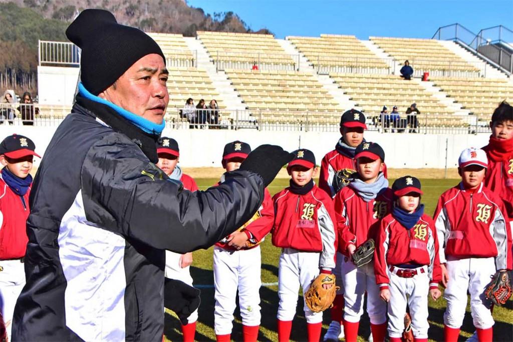 釜石市内の野球スポ少団員を指導するソフトバンクの工藤公康監督