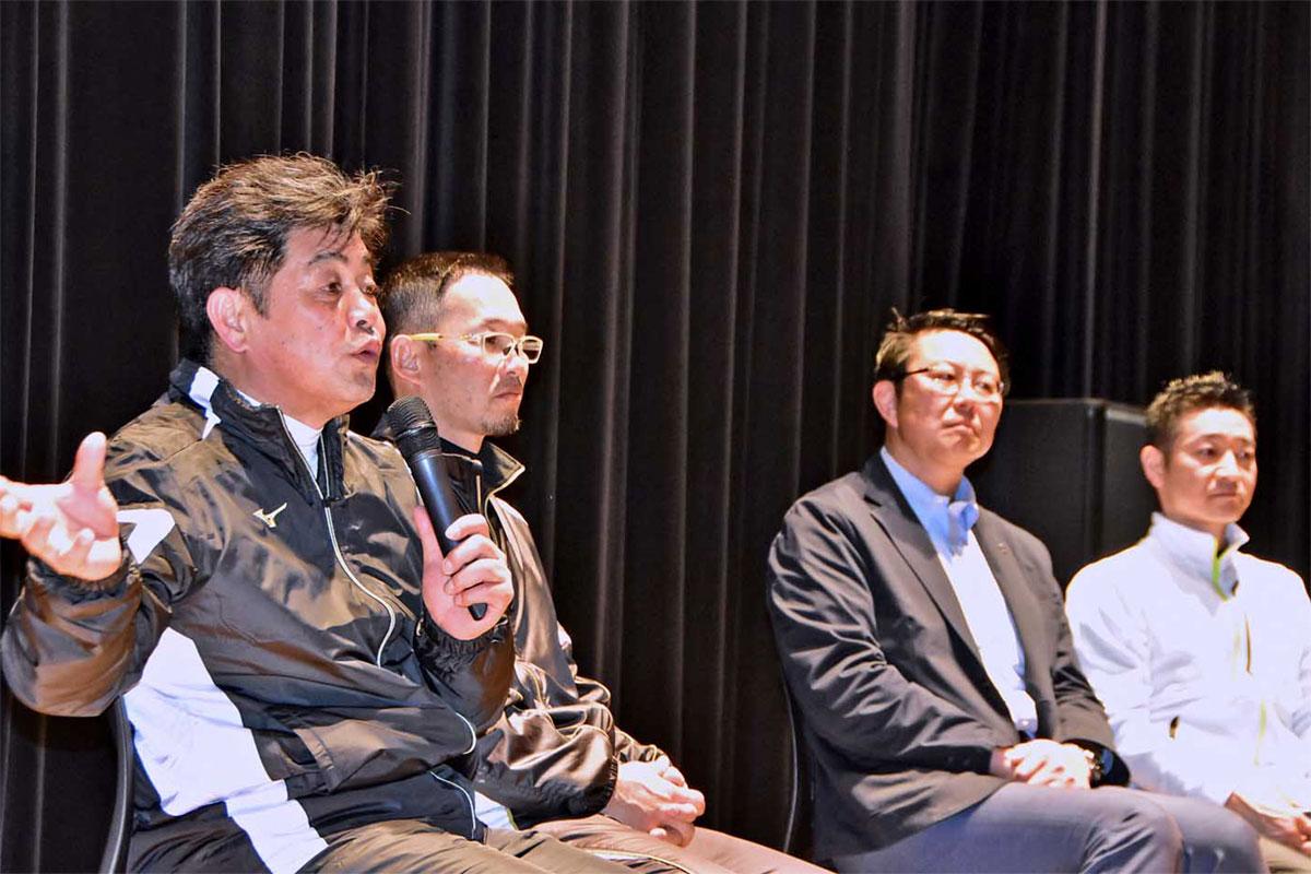 釜石SWの桜庭GM兼監督らと意見を交換する工藤監督