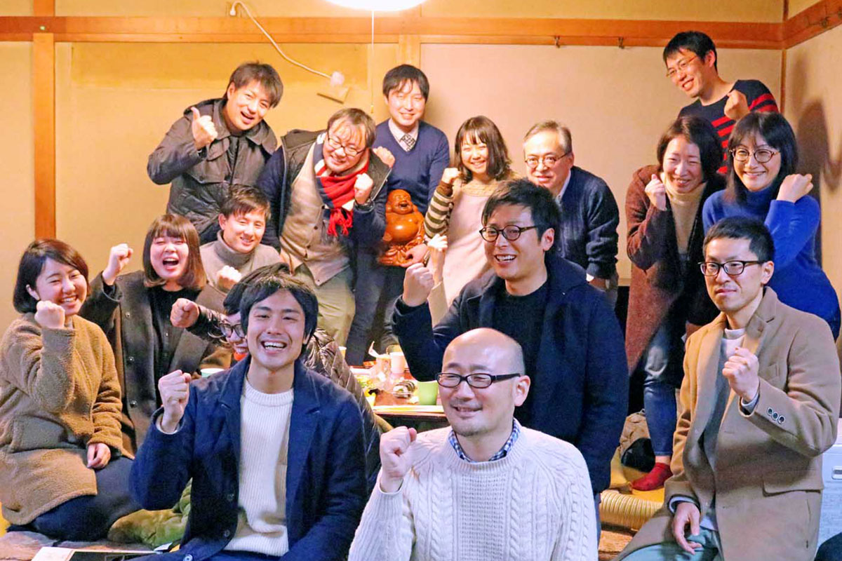 神脇さん(前列左)、宮崎さん(同右)と支援者ら