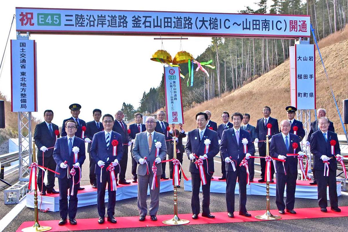 三陸道・大槌ー山田南IC間の開通をテープカットで祝う達増知事ら関係者