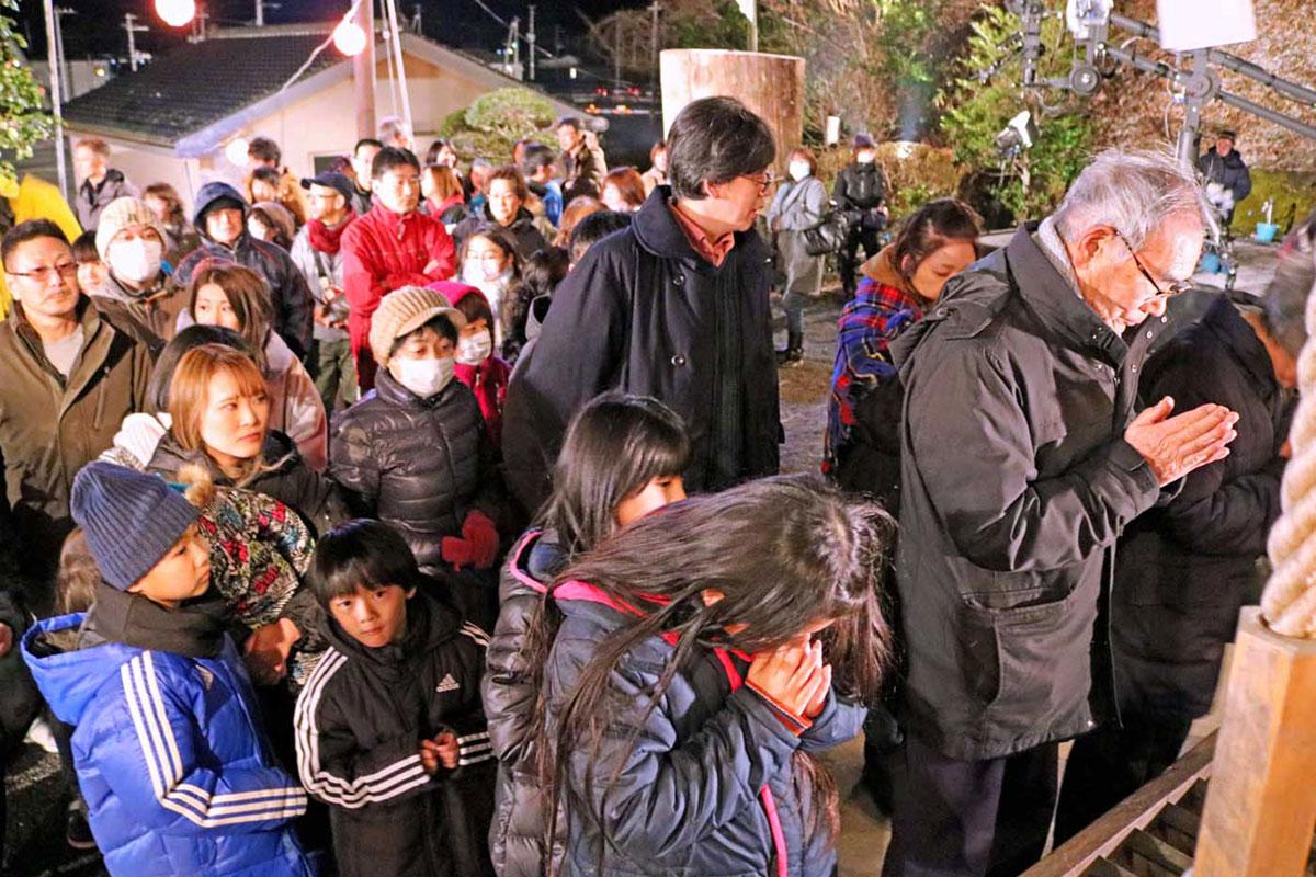 大勢の参拝客が並んだ境内=午前0時20分ごろ