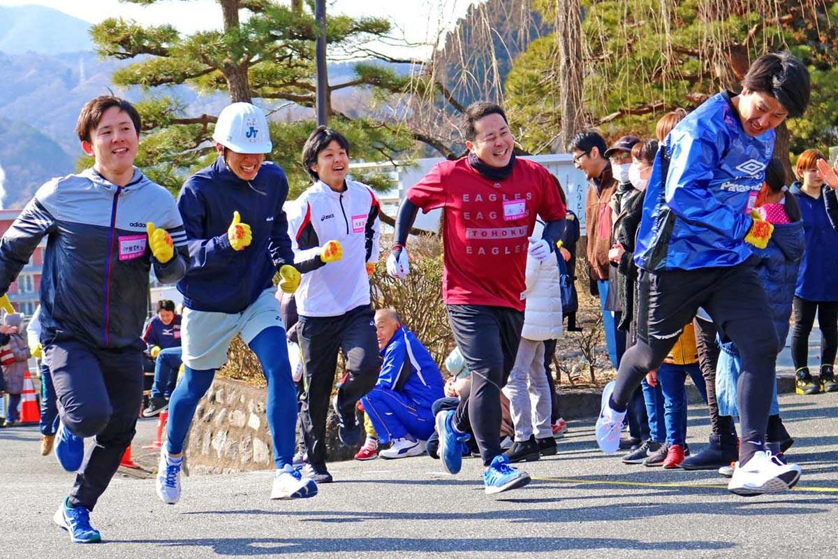 ゴールまでもう少し。最後の力を振り絞り、走る男性参加者=仙寿院境内