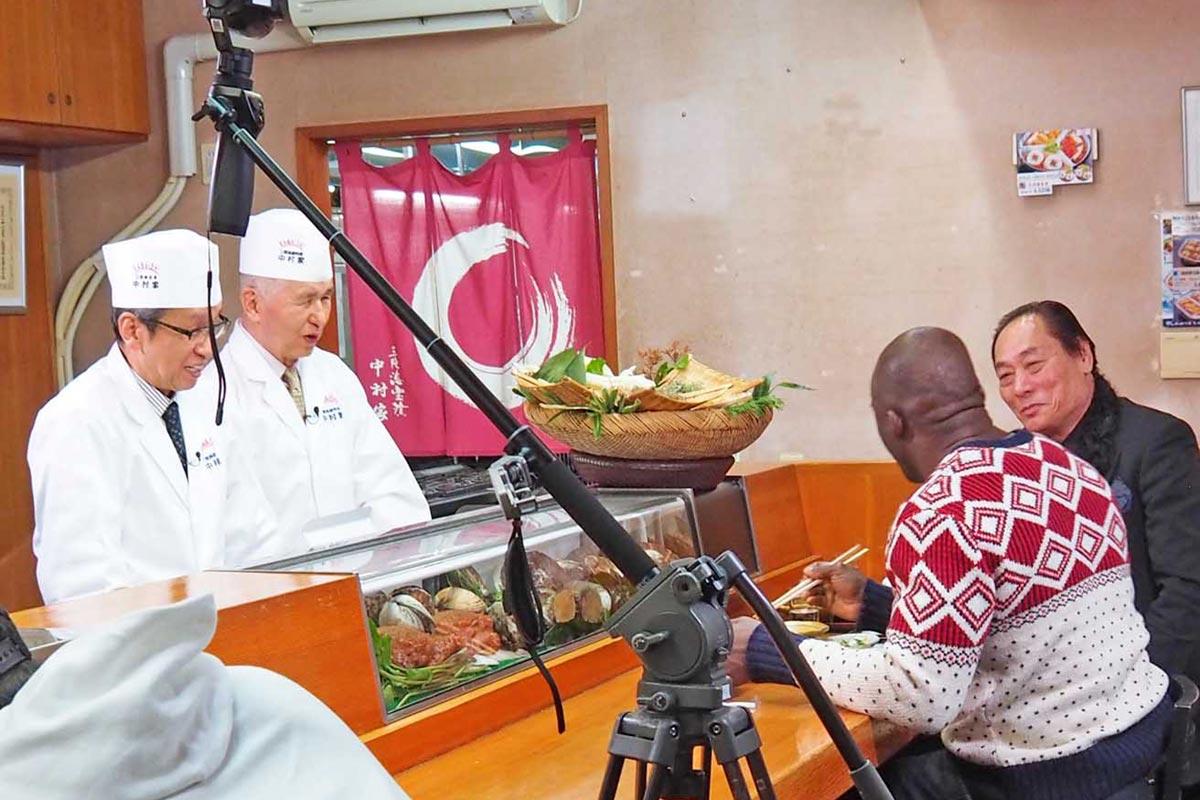 伝統の味でもてなした(左から)島村社長と中村会長