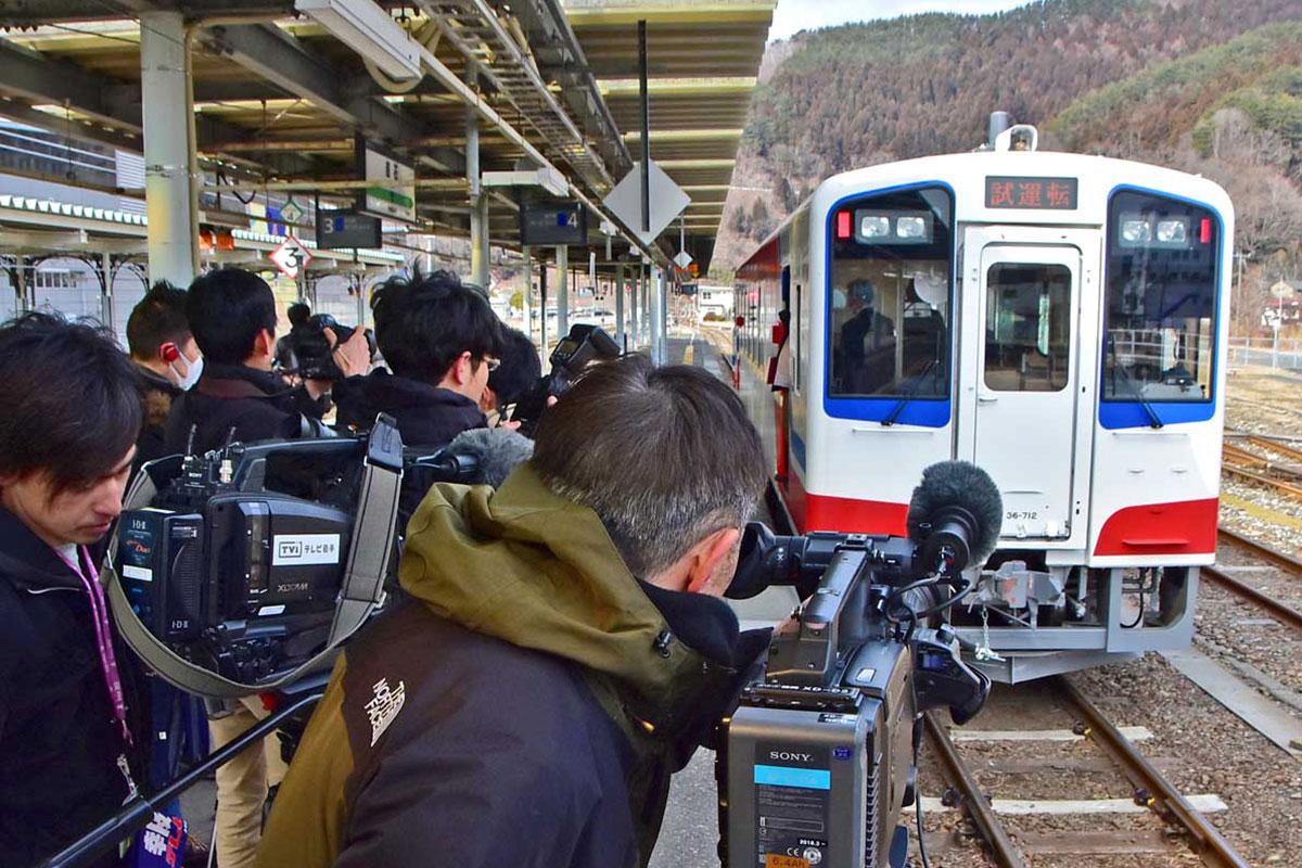 報道機関向けに試乗会が行われた山田線=11日、釜石駅