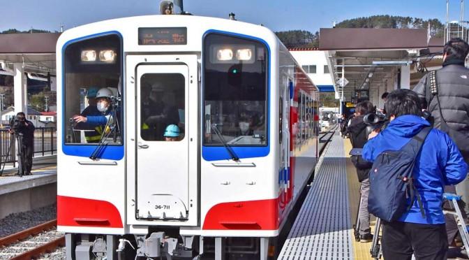 多くの報道陣が見守る中、陸中山田駅を出発する三陸鉄道の試運転「一番列車」