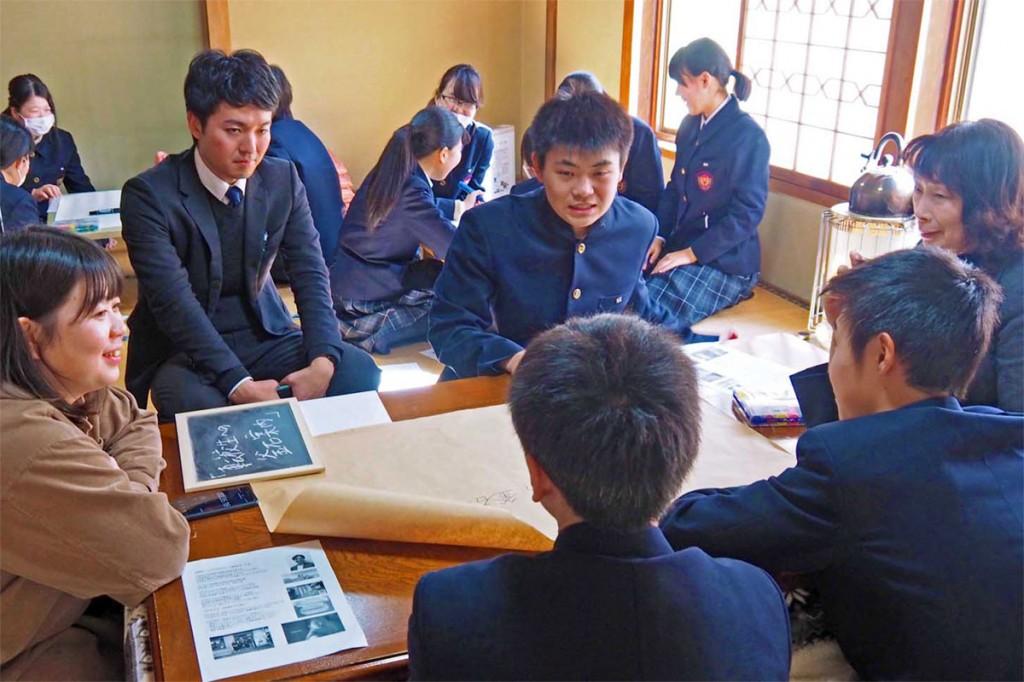 東谷さん(左)と意見を交わす釜石商工高の生徒ら
