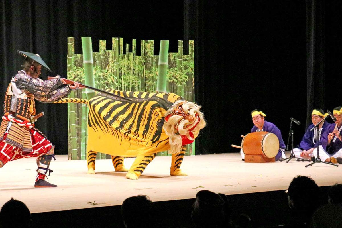 鉄砲を持つ「勢子」に対抗して虎が舞う「古三津虎舞」