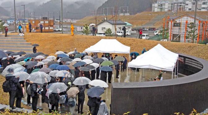 降りしきる雨の中、遺族らは釜石祈りのパークで犠牲者をしのんだ