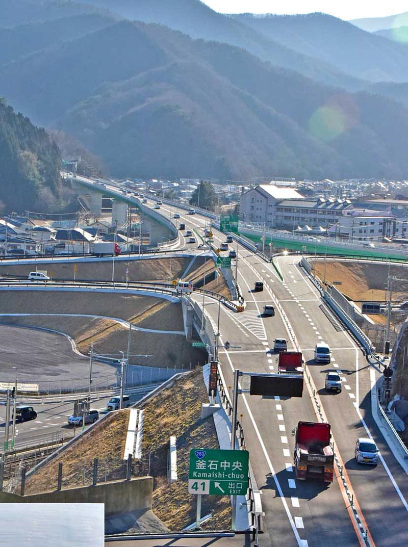 住吉町の釜石トンネル付近から釜石中央インターチェンジ方向を望む=9日午後3時20分