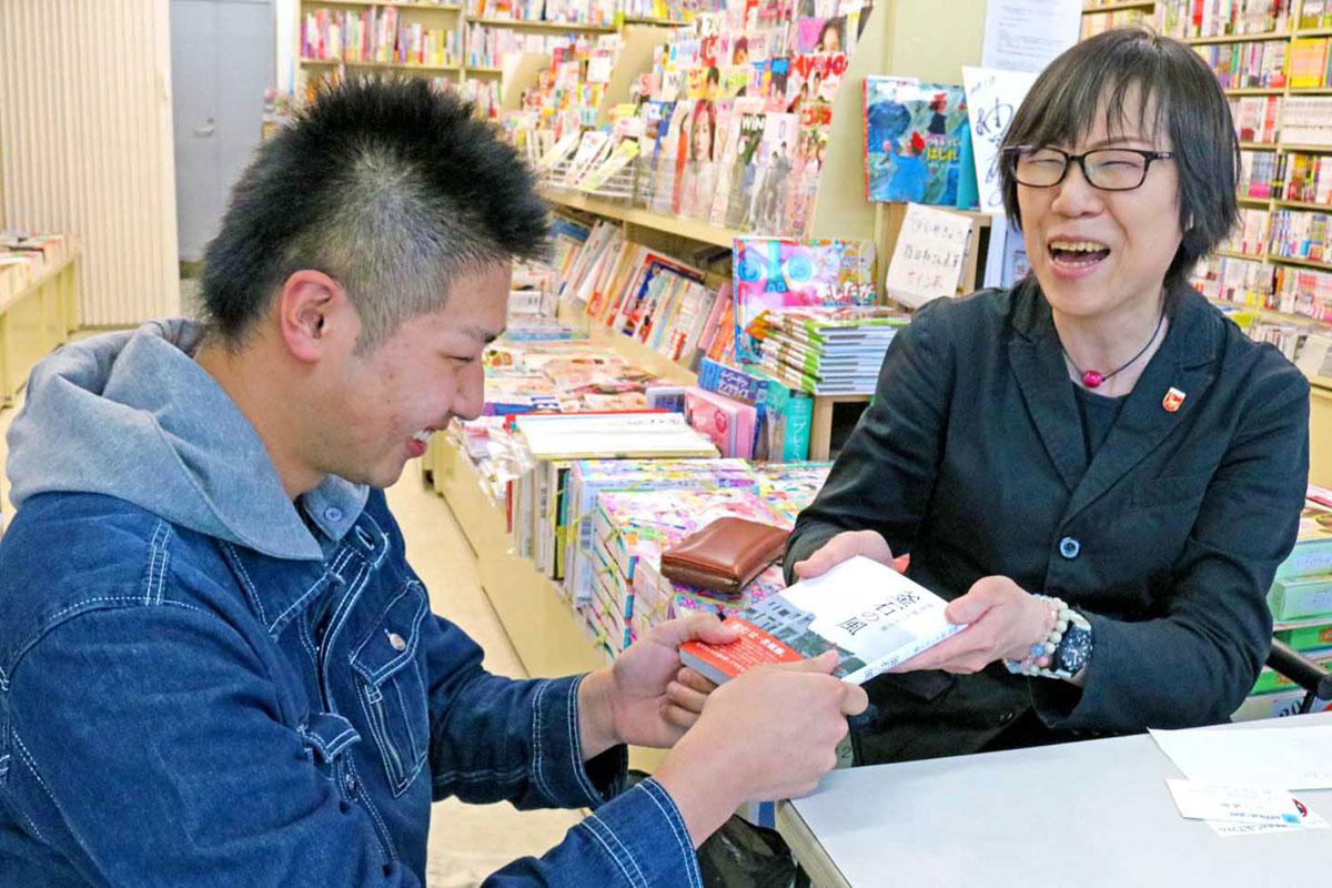 教え子、鈴木大和さん(左)との再会を喜ぶ照井さん