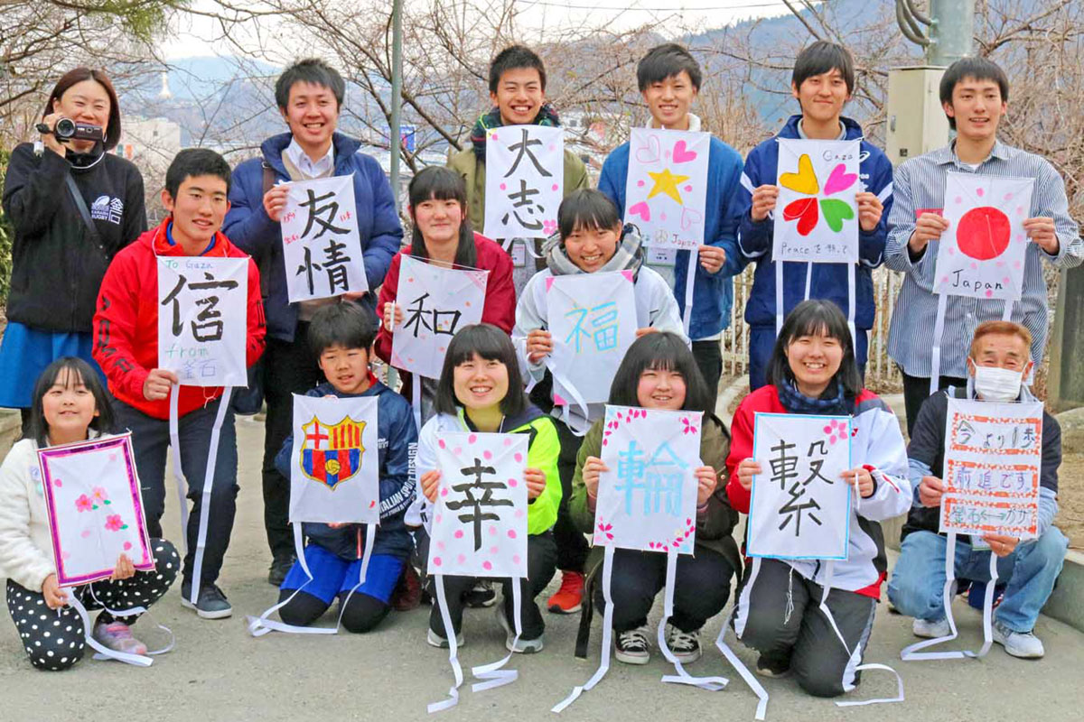 運営に協力する釜石高2年生と参加者=釜石小会場