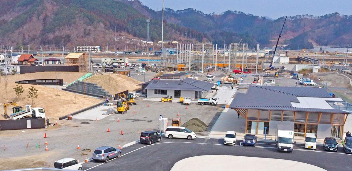 鵜住居駅前地区に整備が進む「うのすまい・トモス」。左から「釜石祈りのパーク」「いのちをつなぐ未来館」「鵜の郷交流館」