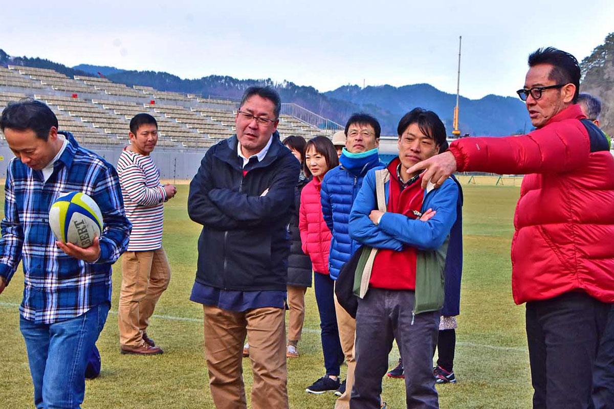 ツアーの参加者とゴールキックに挑む山下さん(右)