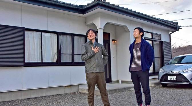 借り受けた建物を民泊向けに貸し出す地域おこし協力隊の吉野さん(左)と神脇さん