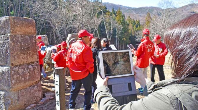 タブレット画面を注視しながら高い解説機能を確かめる参加者