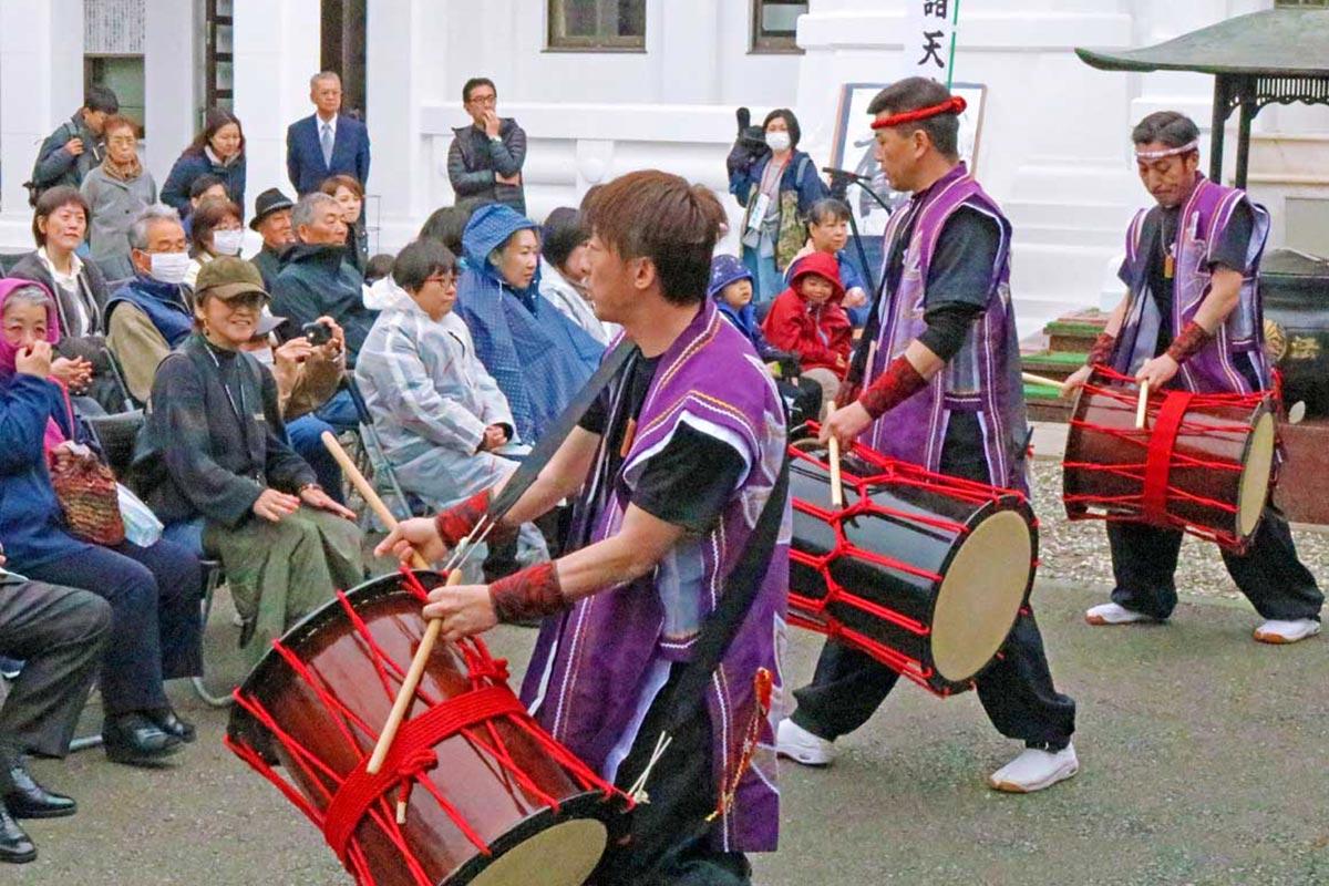 「桜舞太鼓」などが50周年を祝った芸能奉納