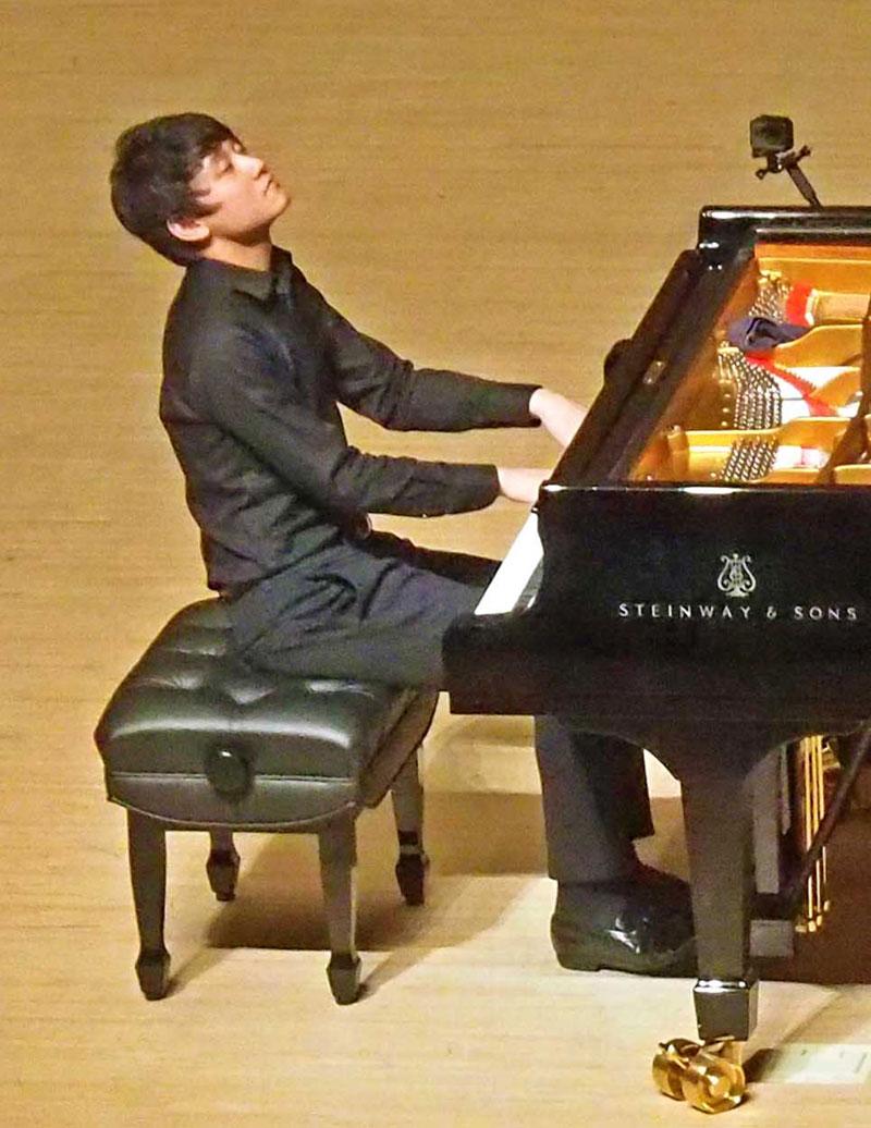 地元釜石での初公演。思いを込めた演奏を披露する小井土さん